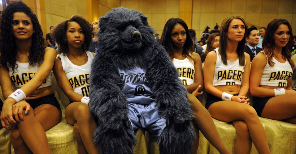 25.jul.2013 - Mascote do Memphis Grizzlies é fotografado ao lado de cheerleaders do Indiana Pacers durante evento da pré-temporada da NBA