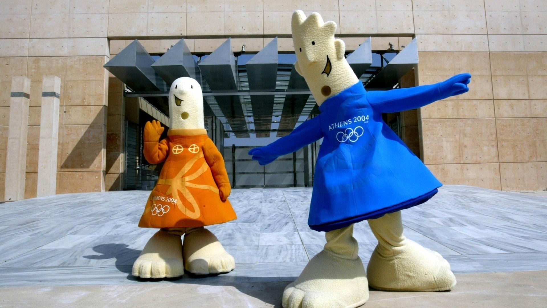26.jul.2004 - Athena (e) e Phevos, mascotes da Olimpíada de Atenas-2004, posam em frente ao local de início da maratona