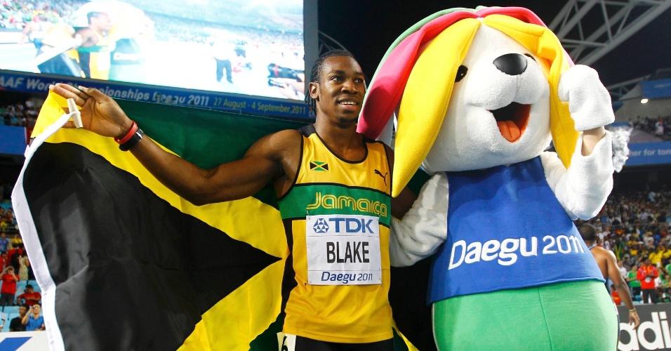 28.ago.2011 - Jamaicano Yohan Blake posa ao lado do mascote Sarbi após conquistar a medalha de ouro dos 100 m rasos no Mundial de atletismo de Daegu