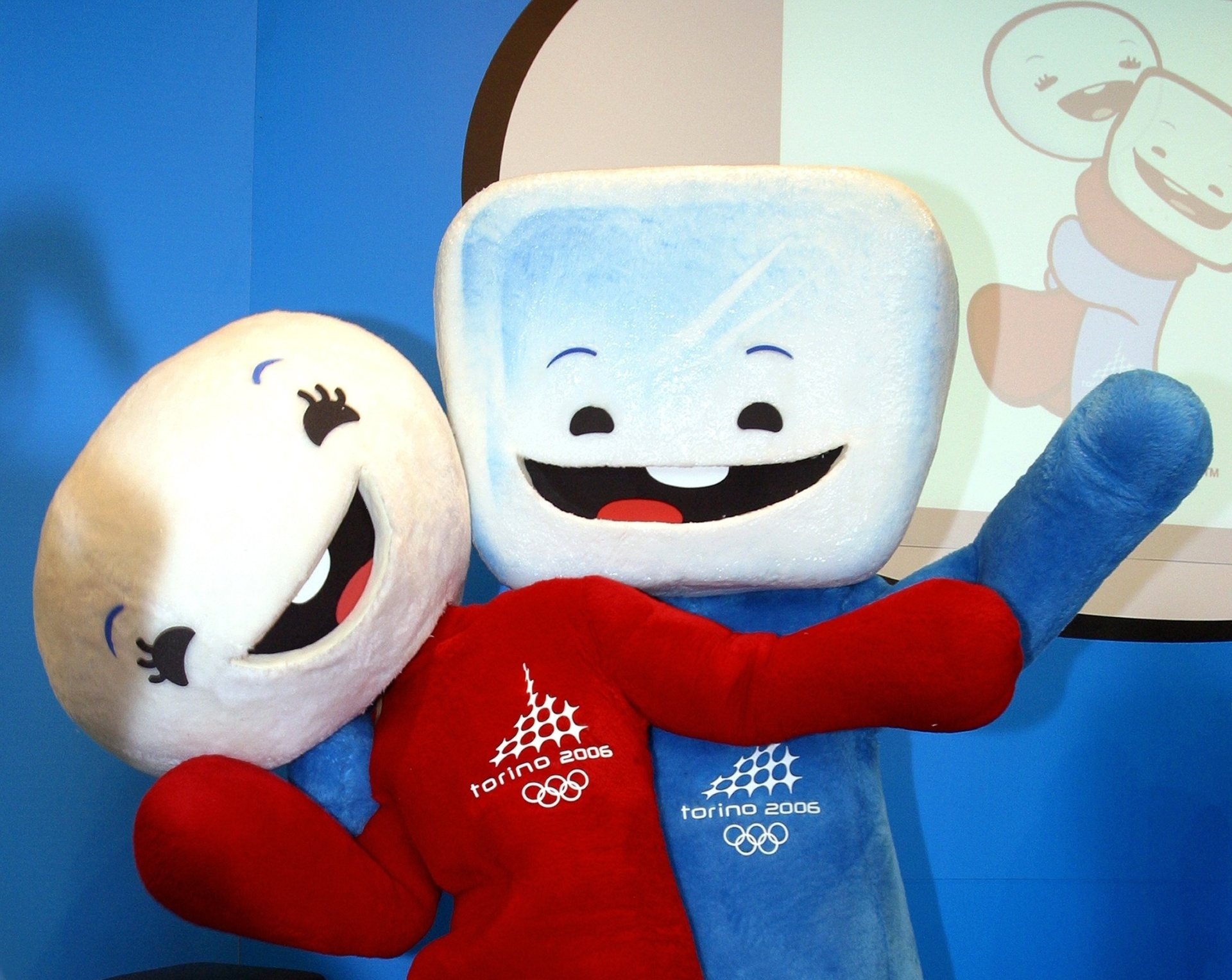28.set.2004 - Neve e Gliz, representando respectivamente uma bola de neve e um bloco de gelo, são apresentados como mascotes da Olimpíada de Inverno de Turim-2006