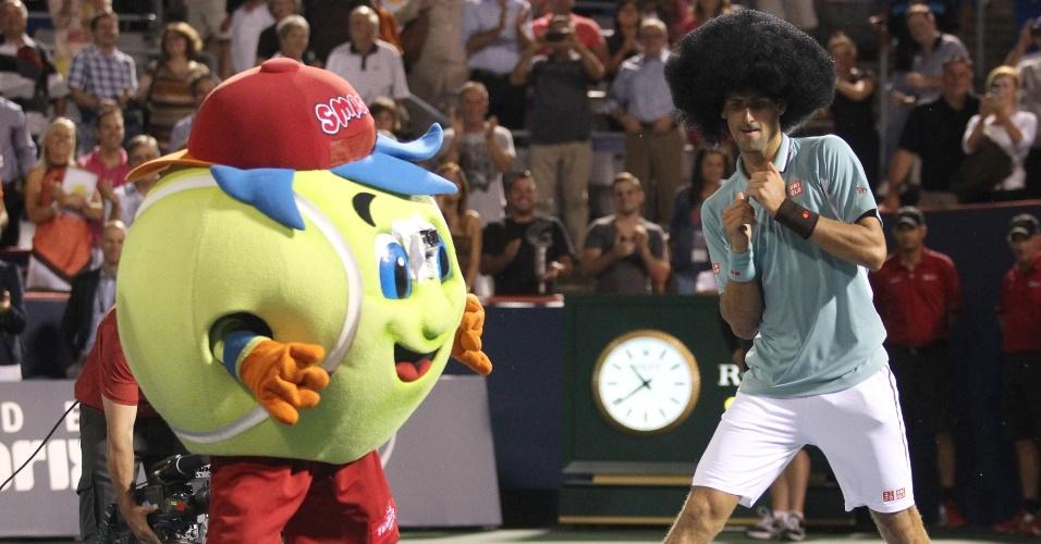 8.ago.2013 - Tenista sérvio Novak Djokovic dança com o mascote do Torneio de Montreal após vencer o uzbeque Denis Istomin