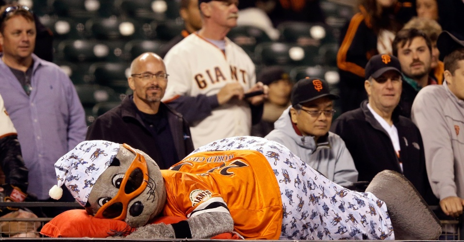 8.jul.2013 - Mascote do San Francisco Giants finge dormir durante jogo contra o New York Mets