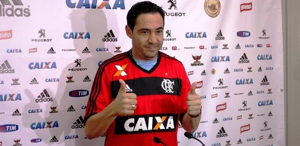 Zagueiro Chicão veste pela primeira vez a camisa do Flamengo após apresentação