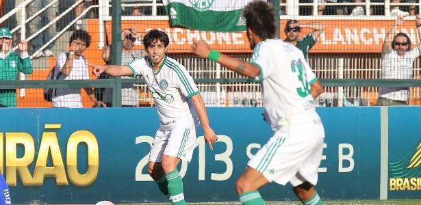 Valdivia orienta Leandro em lance de Palmeiras x Paraná no Pacaembu