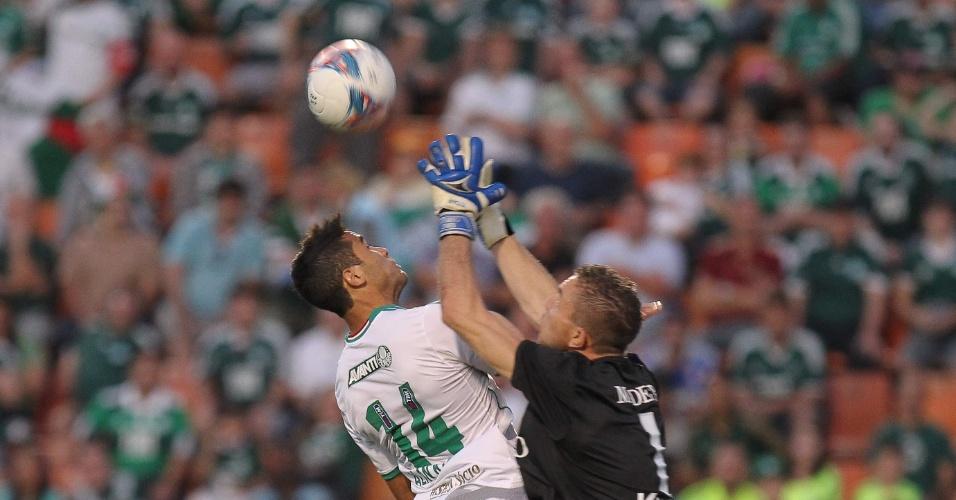 10.08.2013 - Alan Kardec disputa a bola com o goleiro do Paraná Luis Carlos na partida no Pacaembu