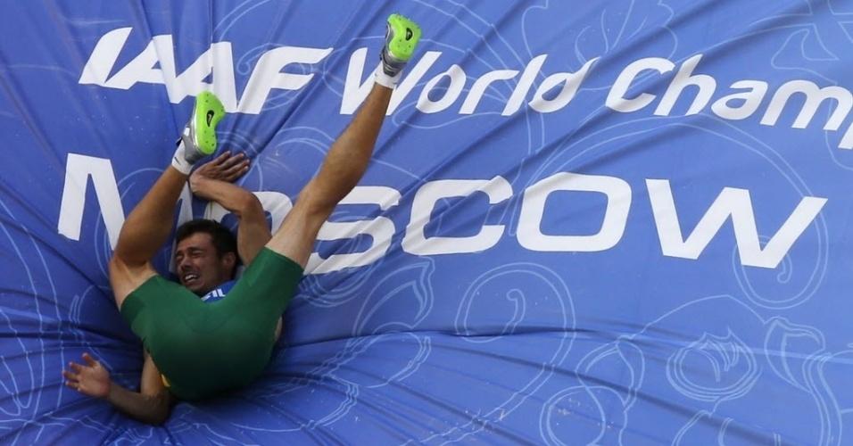 10.08.2013 - Brasileiro Carlos Chinin cai no colchão durante a prova do salto em altura, parte do programa do decatlo no Mundial de Moscou