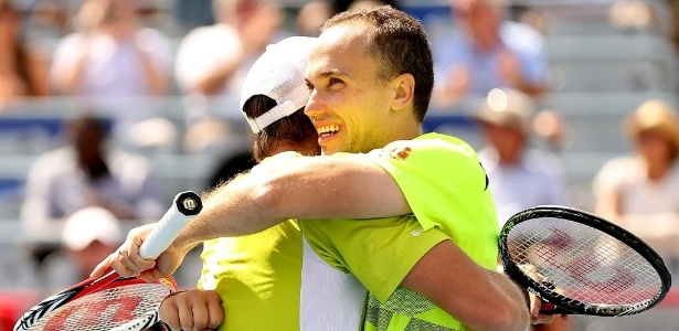 Bruno Soares abraça o austríaco Alexander Peya
