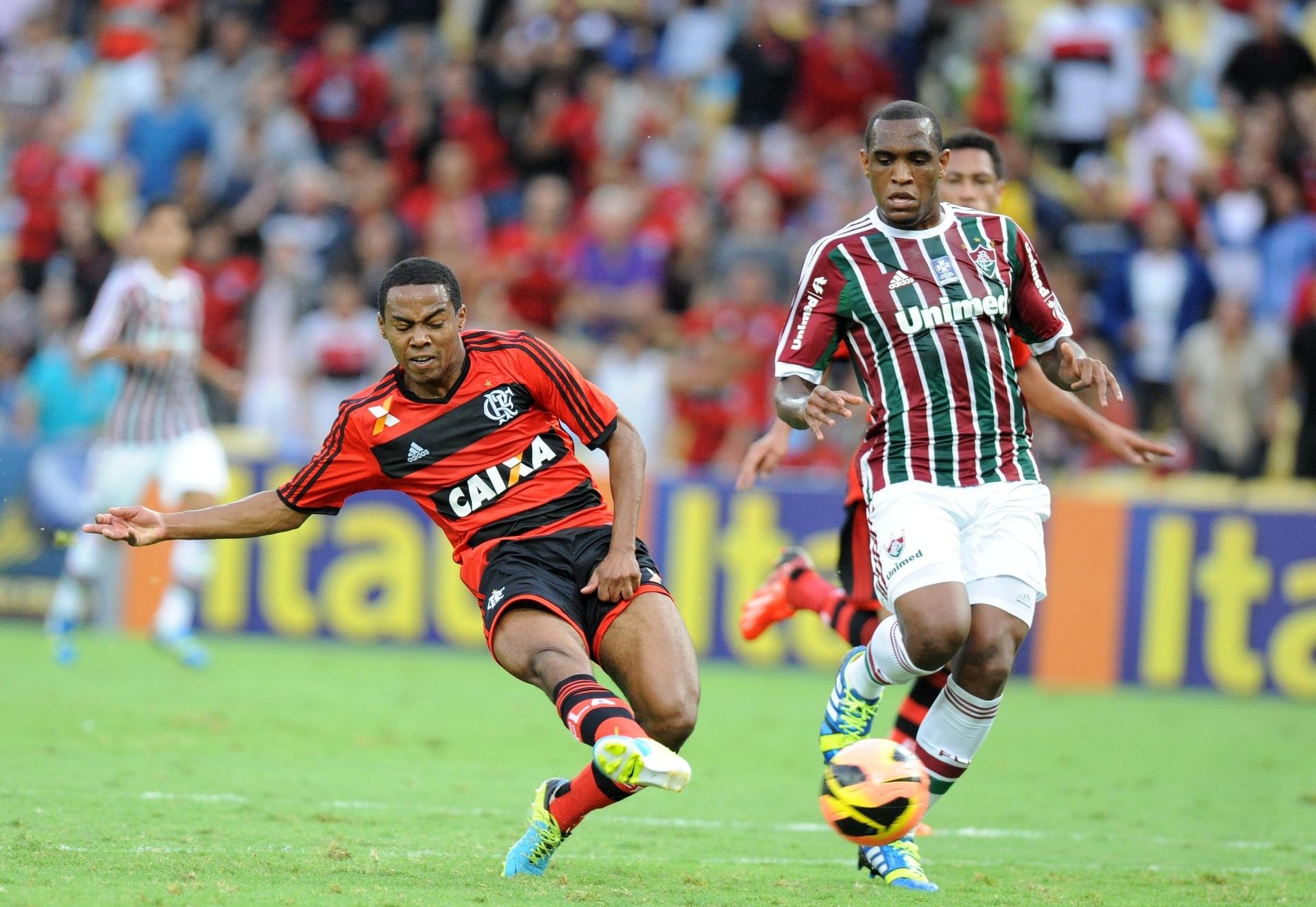 11.08.2013 - Elias, volante do Flamengo, bate na saída do goleiro Diego Cavalieri para marcar o primeiro gol de sua equipe no clássico