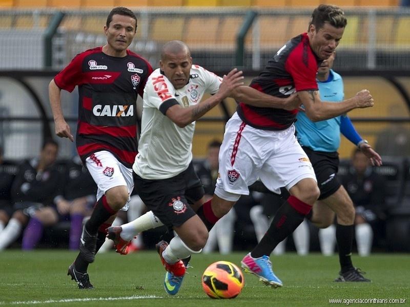11.08.2013 - Emerson, atacante do Corinthians, cai em uma disputa com jogadores do Vitória, em jogo pelo Campeonato Brasileiro