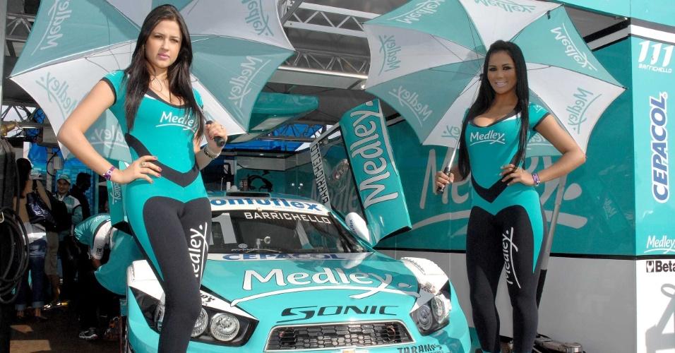 11.08.2013 - Grid girls posam em frente ao carro de Rubens Barrichello antes da etapa de Ribeirão Preto da Stock Car