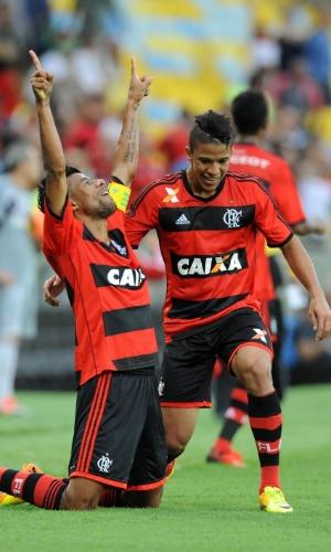 11.08.2013 - Léo Moura, lateral do Flamengo, comemora um dos gols de sua equipe na vitória por 3 a 2 sobre o Fluminense