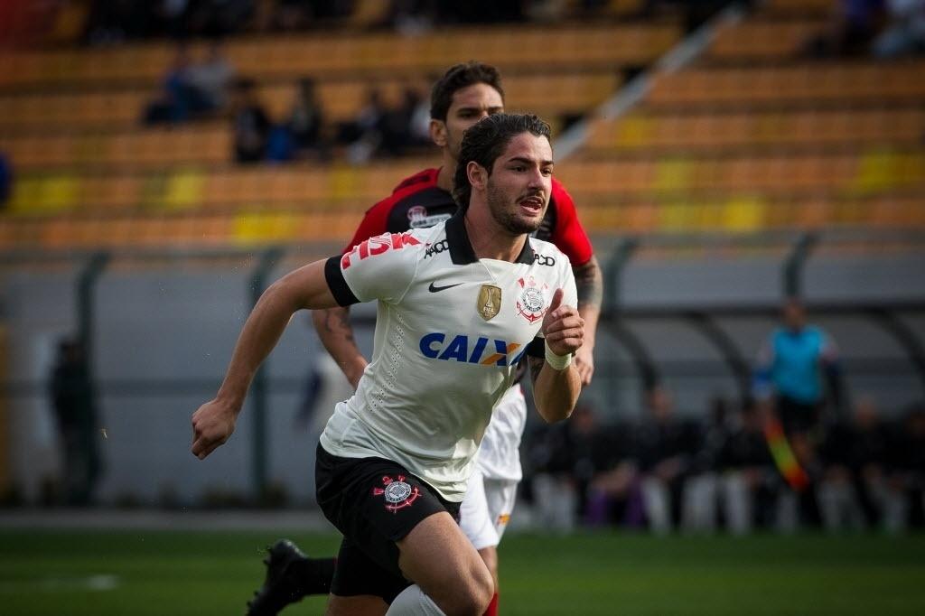 11.08.2013 - Sem Guerrero, convocado para a seleção peruana, Pato foi titular do Corinthians contra o Vitória