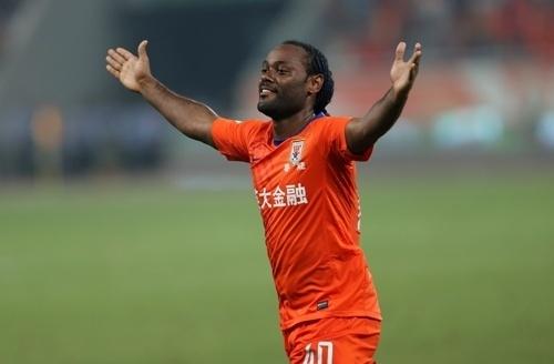 11.08.2013 - Vágner Love marca gol na China pelo Shandong Luneng