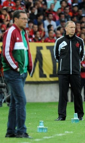 11.08.2013 - Vanderlei Luxemburgo, técnico do Fluminense, e Mano Menezes, comandante do Flamengo, orientam suas equipes no clássico