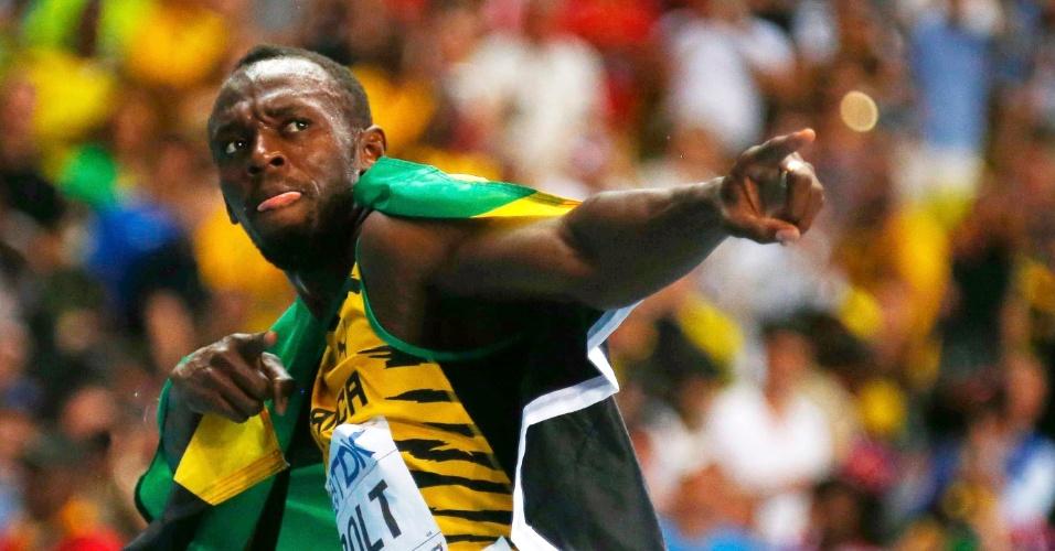 11.ago.2013 - Bicampeão mundial, Usain Bolt comemorou a vitória com a tradicional pose de raio