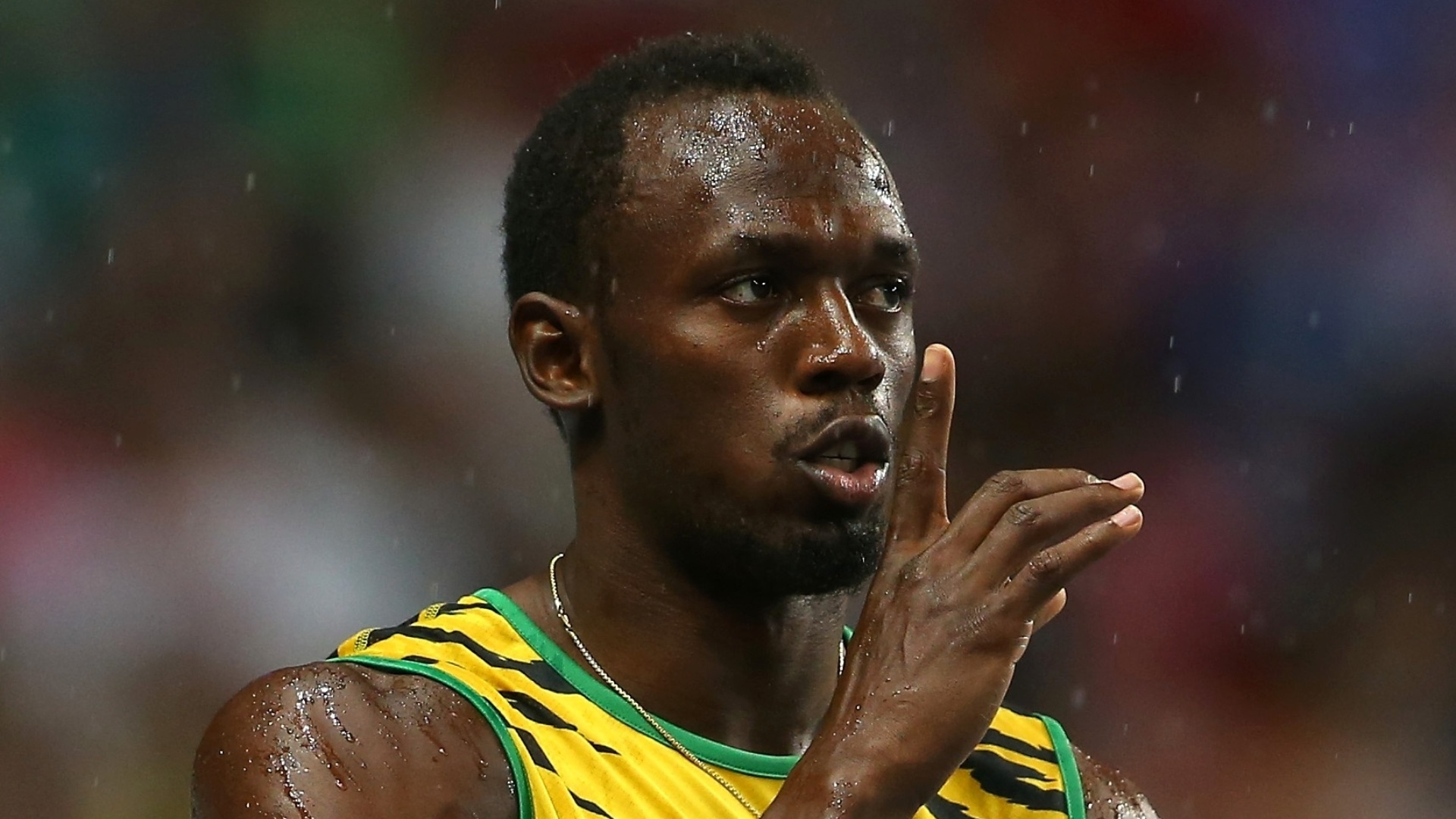 11.ago.2013 - Usain Bolt brinca com o público antes da final dos 100 m do Mundial de Moscou