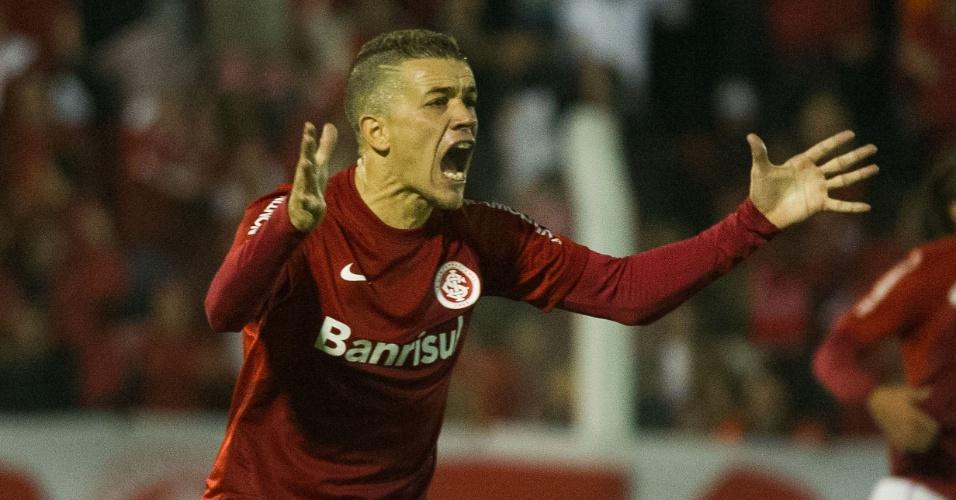 D'Alessandro reclama durante jogo Internacional x Atlético-PR, em N. Hamburgo (11/08/13)
