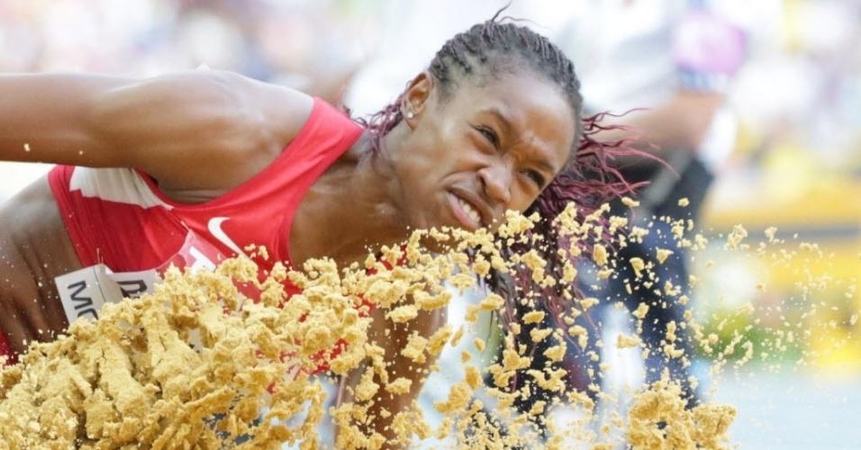 11.ago.2013 - A americana Janay DeLoach Soukup espanha areia durante as finais do salto em distância