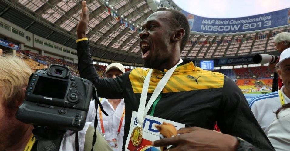 12.ago.2013 - Usain Bolt celebra com a medalha de ouro dos 100 m no Mundial de Moscou
