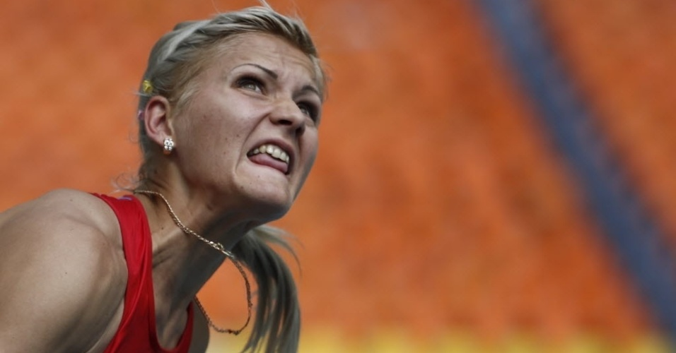 13.ago.2013 - Aleksandra Butvina, da Rússia, mostra a língua enquanto lança o dardo na prova do heptatlo
