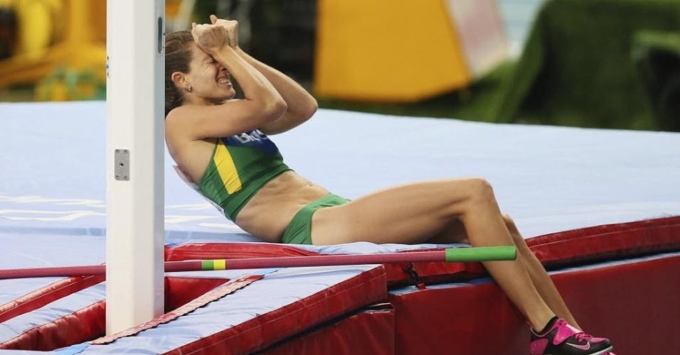 13.ago.2013 - Fabiana Murer lamenta após ser eliminada na final do salto com vara por não saltar 4,75 m