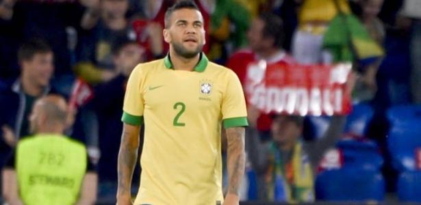 Daniel Alves lamenta após fazer gol contra no amistoso entre Brasil e Suíça
