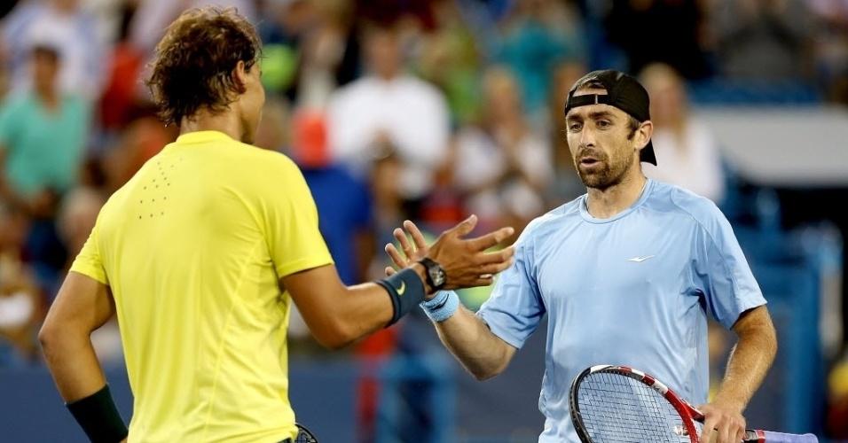 14.ago.2013 - Rafael Nadal e Benjamin Becker se cumprimentam após a vitória do espanhol por 2 a 0 no Masters 1.000 de Cincinnati