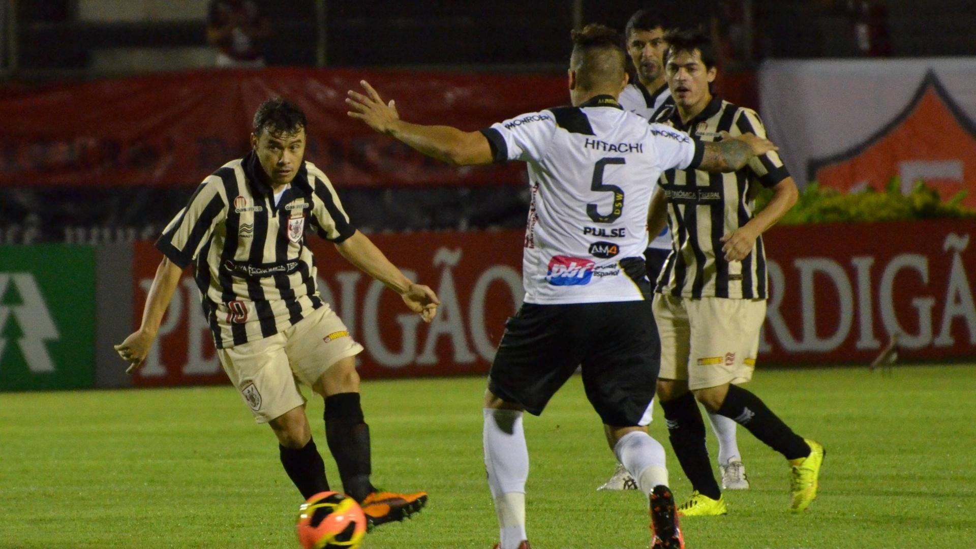 14.ago.2013 - Renato Cajá, do Vitória, faz jogada durante a partida contra a Ponte Preta no Barradão
