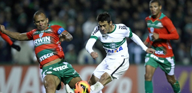 Robinho tenta jogada para o Coritiba durante empate contra a Portuguesa
