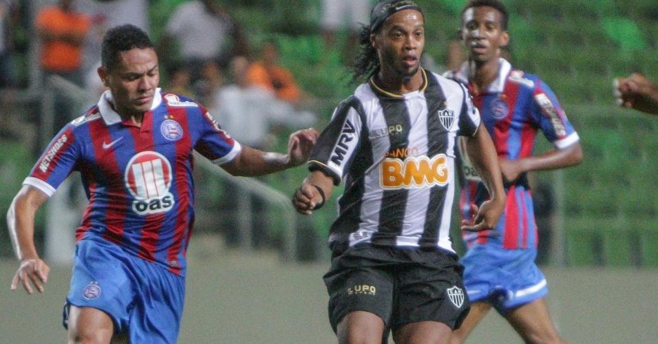 14.ago.2013 - Ronaldinho Gaúcho tenta jogada durante a partida entre Atlético-MG e Bahia no Independência