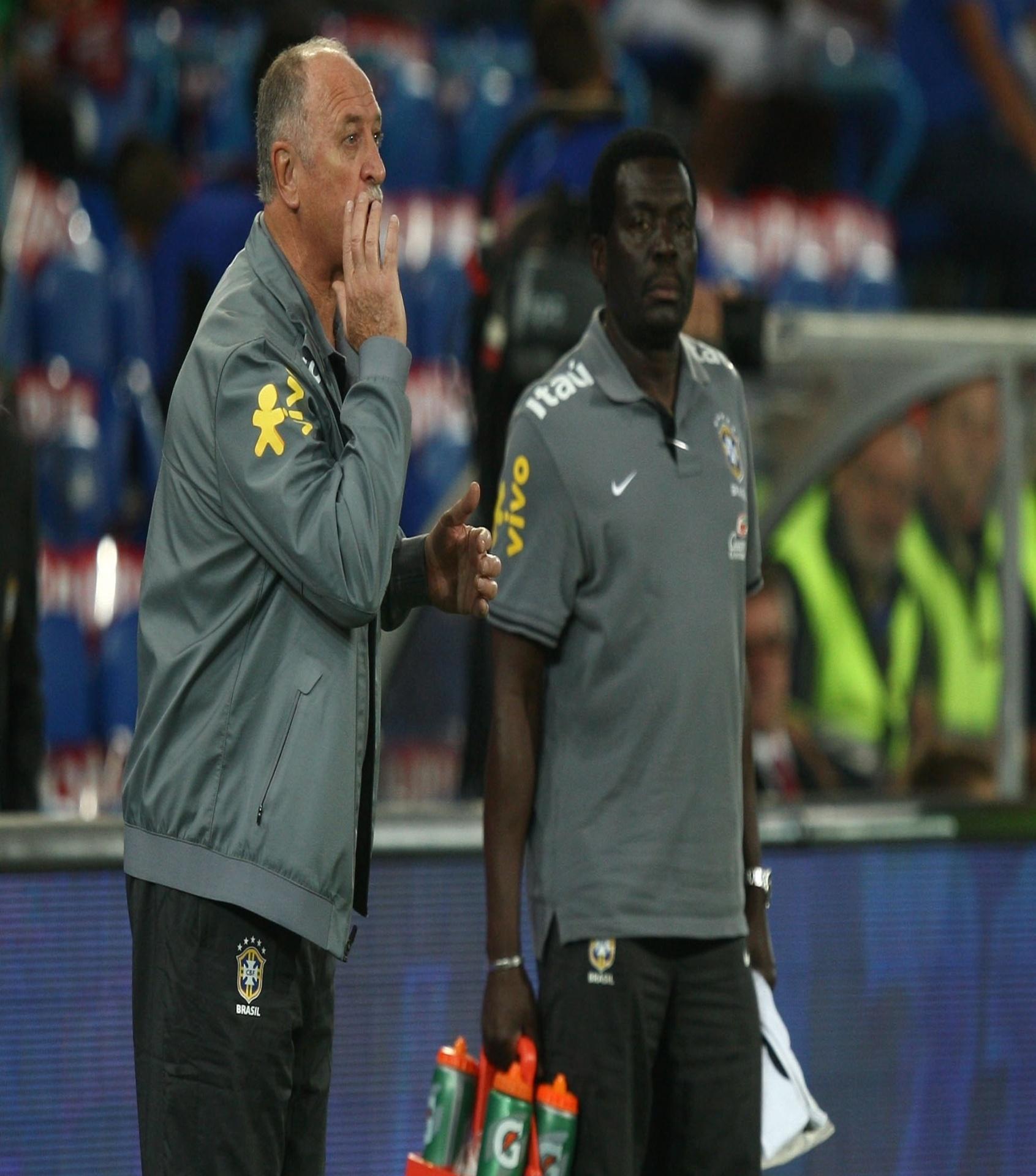 14.ago.2013 - Técnico Luiz Felipe Scolari orienta a seleção brasileira no amistoso contra a Suíça