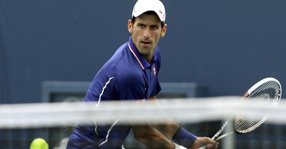 15.ago.2013 - Novak Djokovic rebate durante vitória por 6-2 e 6-0 sobre o belga David Goffin no Masters 1000 de Cincinnati