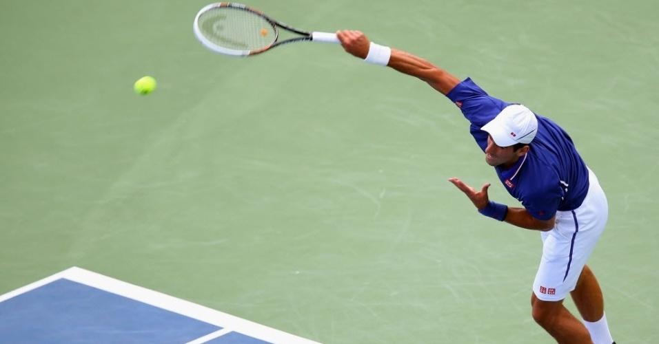 15.ago.2013 - Novak Djokovic saca durante vitória por 6-2 e 6-0 sobre o belga David Goffin no Masters 1000 de Cincinnati