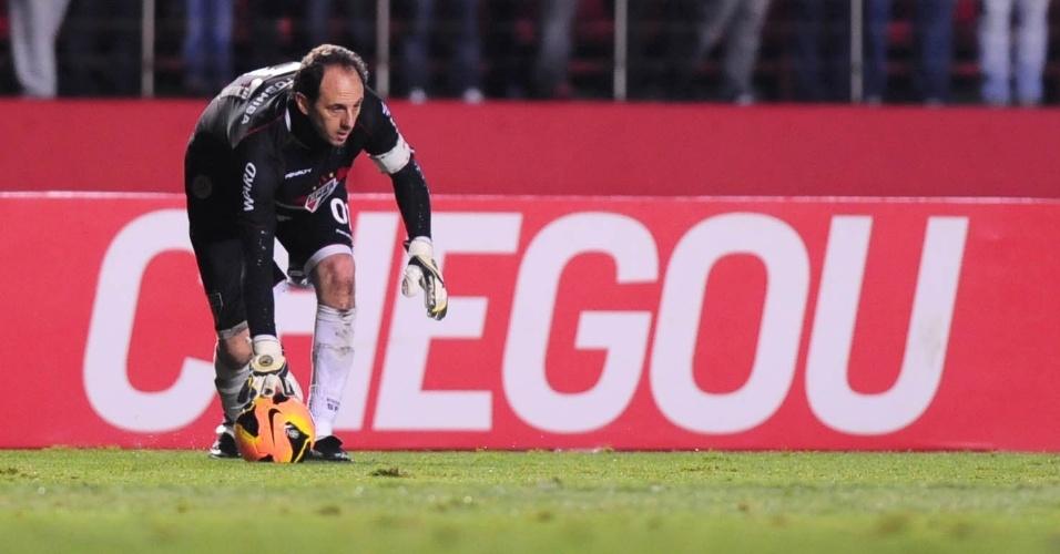 15.ago.2013 - Rogério Ceni, goleiro do São Paulo, se prepara para repor a bola em jogo na partida contra o Atlético-PR