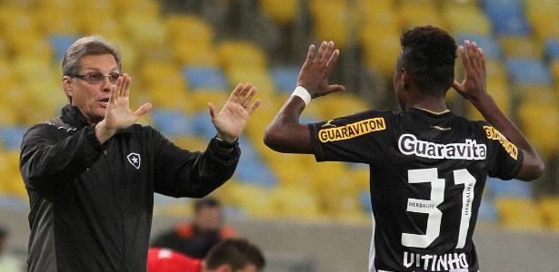 O técnico Oswaldo de Oliveira destacou o crescimento de Vitinho na defesa