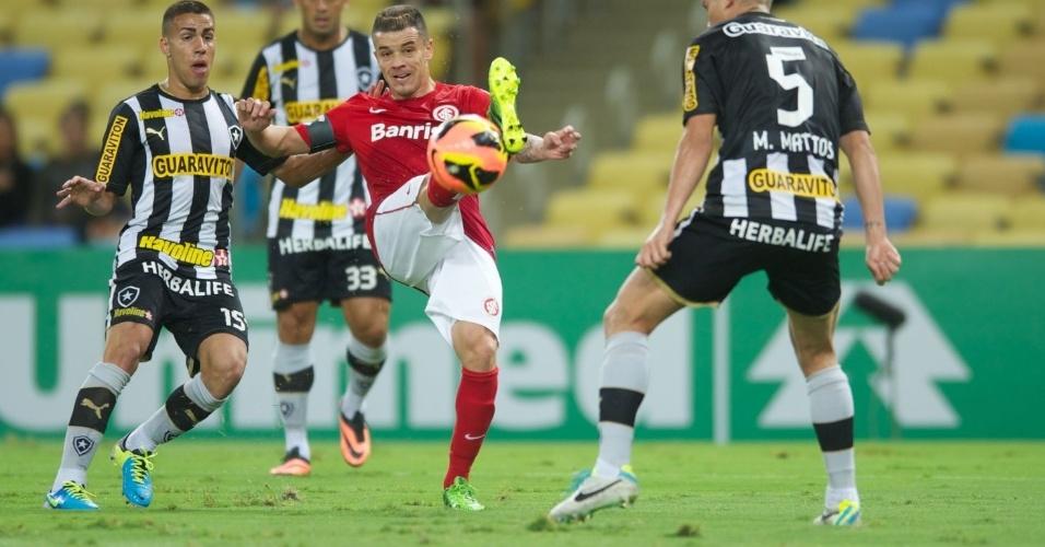 D'Alessandro tenta o passe cercado pela marcação do Botafogo no Marcanã (15/08/14)