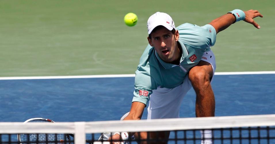 16.08.2013 - Novak Djokovic cai para devolver uma bola na derrota para John Isner em Cincinatti