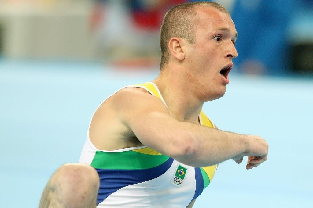 Diego Hypólito faz cara de espanto após errar, cair em apresentação no solo e ficar sem medalha na Olimpíada de Pequim-2008