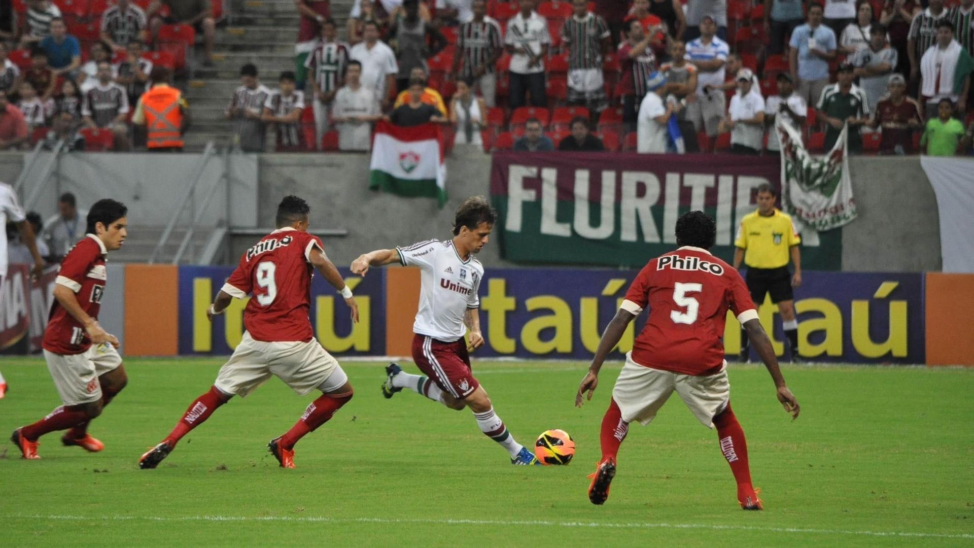 17.08.13 - Diguinho tenta fazer lançamento na partida entre Fluminense e Náutico pelo Brasileirão