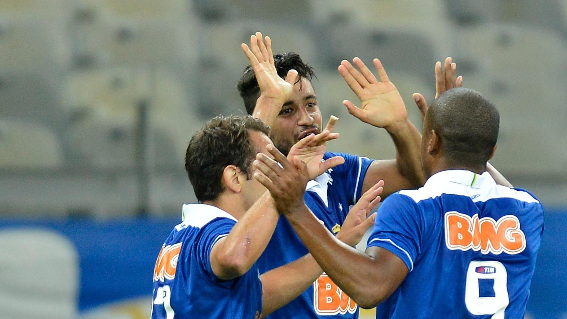 17.08.13 - Jogadores do Cruzeiro comemoram gol de Léo contra o Vitória em Belo Horizonte pelo Brasileirão