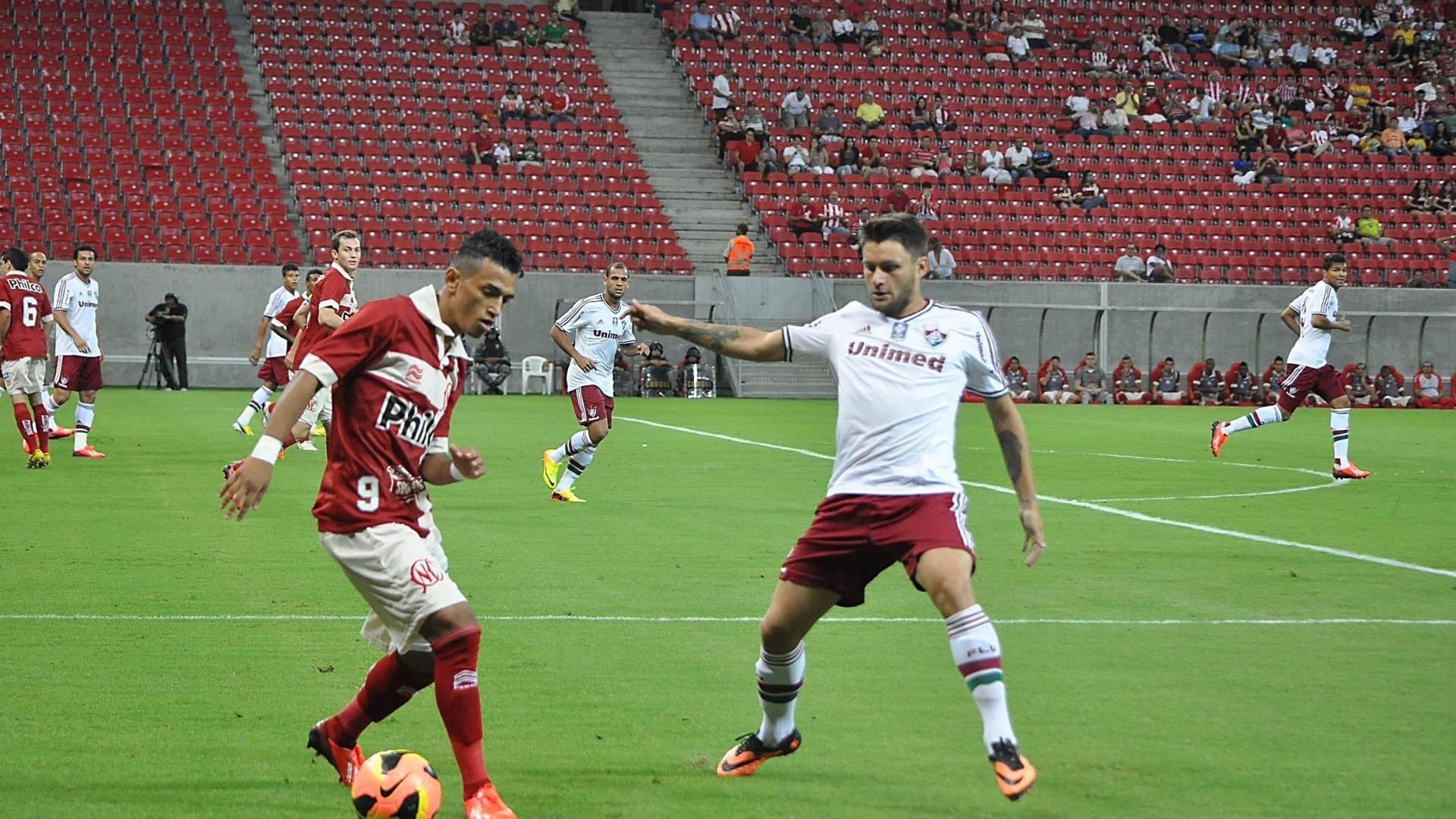 17.08.13 - Rafael Sóbis atento na marcação do adversário na partida entre Fluminense e Náutico