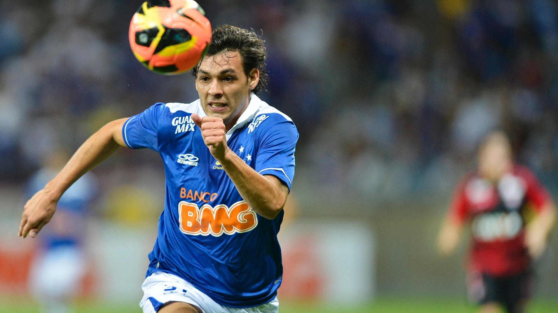 17.08.13 - Ricardo Goulart faz jogada na partida entre Cruzeiro e Vitória pelo Brasileirão