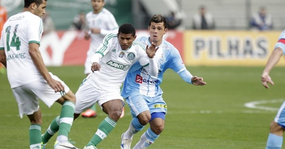 17.ago.2013 - Alan Kardec (esq.) e Márcio Araújo tentam armar a jogada para o Palmeiras na partida contra o Paysandu