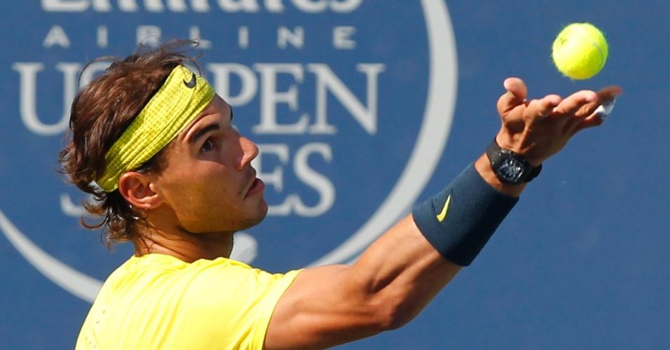 17.ago.2013 - Rafael Nadal prepara-se para sacar durante partida contra Tomas Berdych, no Masters de Cincinnati