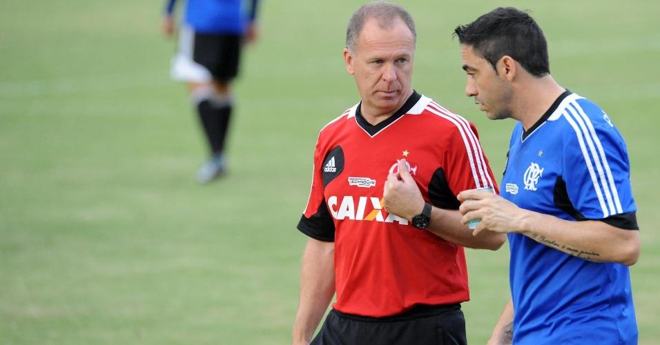 Chicão e Mano Menezes conversam durante treinamento do Flamengo no Ninho do Urubu