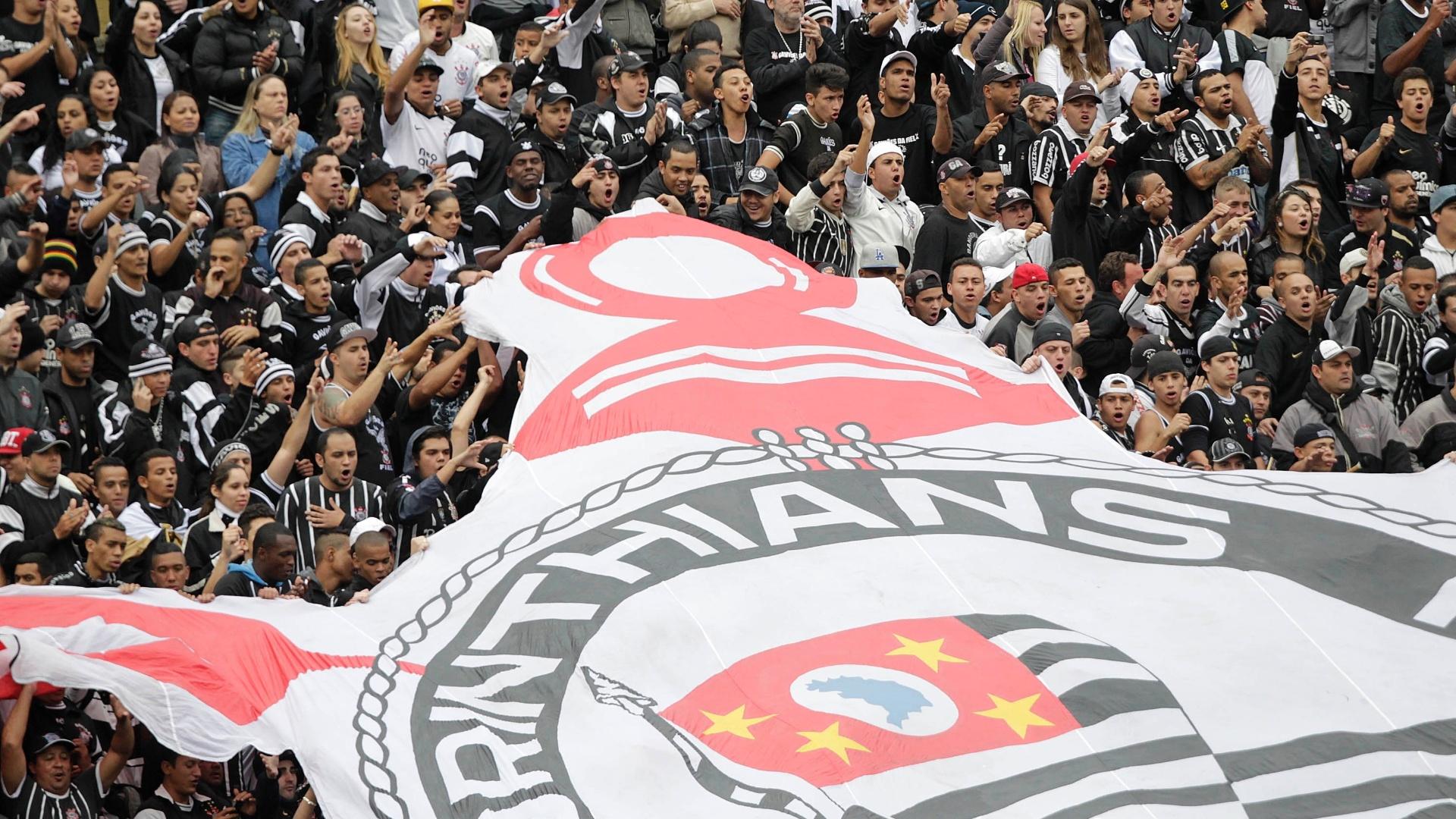 18.08.13 - Apesar do frio em São Paulo, torcida do Corinthians marca presença no Pacaembu