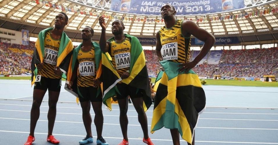 18.ago.2013 - Kemar Bailey-Cole, Nesta Carter, Nickel Ashmeade e Usain Bolt comemoram o ouro que conquistaram para a Jamaica no revezamento 4x100 m