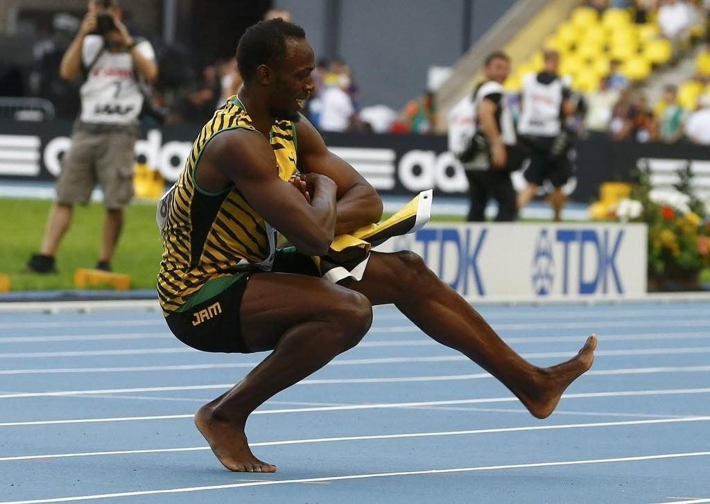 18.ago.2013 - Usain Bolt faz dança russa para comemorar o ouro no revezamento 4x100 m