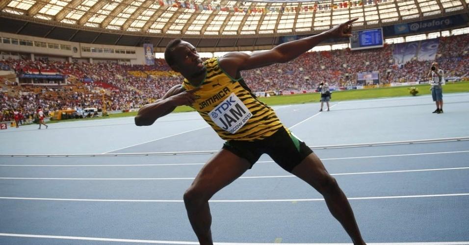 18.ago.2013 - Usain Bolt faz o sinal do raio para comemorar o ouro no revezamento 4x100 m pela Jamaica