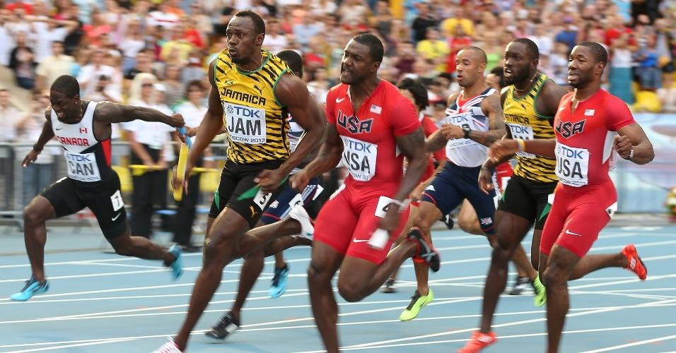 18.ago.2013 - Usain Bolt no momento em que ultrapassa Justin Gatlin e coloca a Jamaica na frente dos EUA na final do revezamento 4x100 m